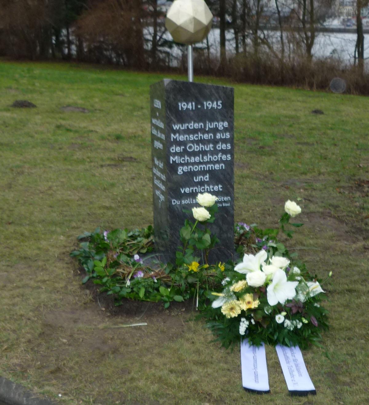 Stele Michaelshof mit unserem Blumengesteck160127